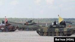 2014年在莫斯科郊外舉行的軍事比賽坦克項目的比賽中,俄羅斯,中國和印度軍人分別乘坐坦克。(美國之音白樺攝)