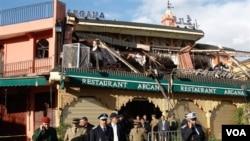 Petugas keamanan meninggalkan lokasi pemboman, Kafe Argna di Marakesh, Maroko, April 28 lalu.