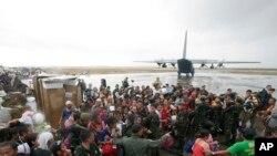 Người sống sót chen lấn để lên máy bay vận tải C-130 tại thành phố Tacloban, tỉnh Leyte, miền trung Philippines, ngày 12/11/2013.