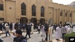 عکس آرشیوی از مردم و نیروهای امنیتی کویت پس از وقوع یک انفجار مرگبار در مسجد امام صادق در شهر کویت - ۵ تیر ۱۳۹۴