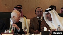 Arab League Secretary General Nabil Elaraby (L) talks with Qatari Foreign Minister Hamad bin Jassim during a meeting of the Arab League's committee on Syria, in Cairo, Egypt, January 22, 2012.