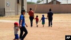 Các gia đình di dân tại một trung tâm giam giữ di dân không giấy tờ ở Texas, ngày 23/8/19.