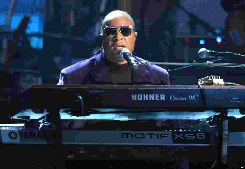 "Stevie Wonder y la banda Rickey Minor interpretan ""Master Blaster"", ""My Cherie Amour"" y ""Sir Duke"" en homenaje a Dick Clark."