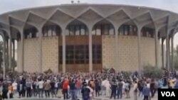تصویری از تجمع در مقابل تئاتر شهر تهران - شنبه ۱۹ مرداد ۱۴۰۰