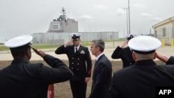 지난 5월 루마니아에 배치된 미국 이지스 미사일 방어망(사진 뒤) 출범식에서 옌스 스톨텐베르그(가운데) 북대서양조약기구(NATO) 사무총장이 의장대를 사열하고 있다. (자료사진)