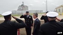 北約秘書長斯托爾滕貝格(左二)5月12日在羅馬尼亞德韋塞盧空軍基地舉行的陸上宙斯盾(Aegis Ashore)基地(背後建築)啟動儀式上校閱儀仗隊。
