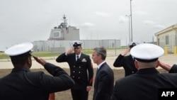 12일(현지시간) 루마니아 남부 데베셀루 군사기지에서 열린 미국의 미사일 방어체계 배치 기념 행사에서 옌스 슈톨텐베르크(가운데) 나토(NATO. 북대서양 조약기구) 사무총장이 의장대를 사열하고 있다.