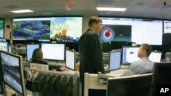 """图为美国国土安全部分析人员去年在""""国家网络空间安全和通信集成中心""""工作资料照"""