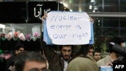 Иран. Надпись на плакате демонстранта: «Ядерная энергия - это наше право»