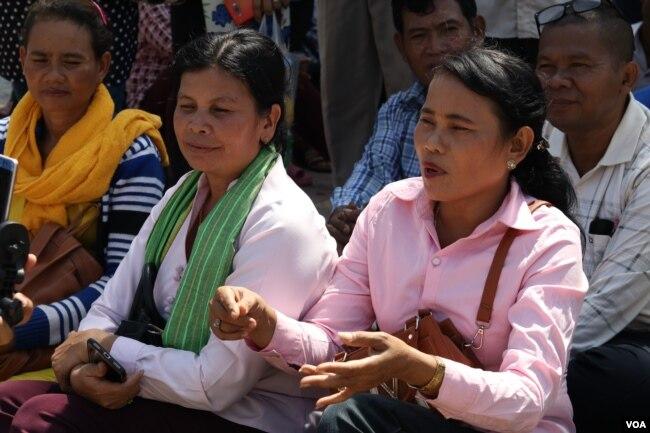 អ្នកស្រី សេង រ័ត្នមុនី (ស្តាំដៃ)អតីតមេឃុំជ្រៃ ស្រុកមោងឬស្សី និងអ្នកស្រី លឿម អឿប អតីតមេឃុំមោងឬស្សី ក៏ត្រូវបានតុលាការកោះហៅឲ្យចូលបំភ្លឺនៅថ្ងៃទី២៤ ខែឧសភា ឆ្នាំ២០១៩។ (ស៊ុន ណារិន/VOA Khmer)