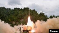 Tampak dalam foto yang dirilis oleh media pemerintah Korea Utara Korean Central News Agency pada 16 September 2021, sebuah rudal diluncurkan dalam uji coba peluncuran rudal di sebuah wilayah di negera tersebut. (Foto: KCNA via Reuters)