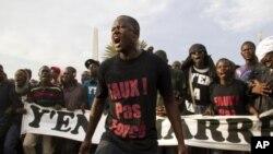 ພວກປະທ້ວງຕໍ່ຕ້ານປະທານາທິບໍດີ Abdoulaye Wade ທີ່ນະຄອນຫລວງ Dakar, ເຊເນການ. ວັນທີ 12 ກຸມພາ 2012.