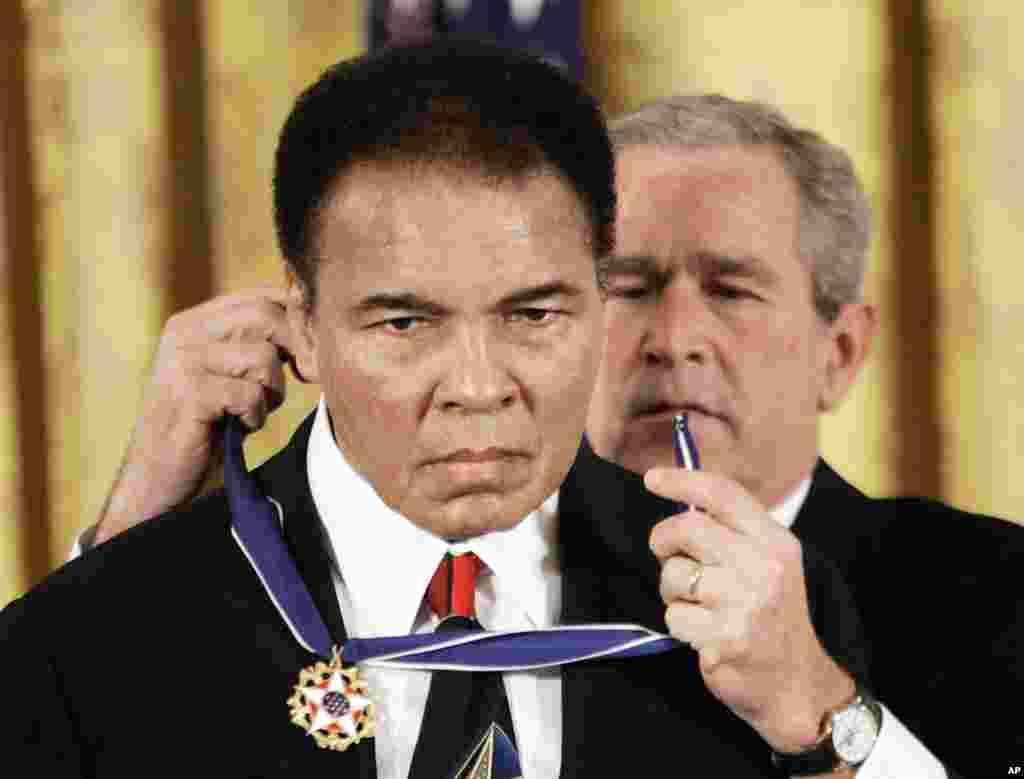 រូបឯកសារ៖ ប្រធានាធិបតីលោក George W. Bush ផ្តល់មេដាយសេរីភាពប្រធានាធិបតីទៅកាន់លោក Muhammad Ali នៅឯបន្ទប់ East Room ក្នុងសេតវិមាន កាលពីថ្ងៃទី០៩ ខែវិច្ឆិកា ឆ្នាំ២០០៥។