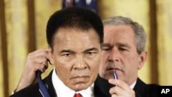 2005年11月9日,美国总统布什向穆罕默德·阿里颁发总统自由奖章