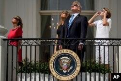 川普一家在白宫看日全食