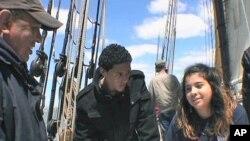 Učenici prvog razreda srednje škole New York Harbor provode dan na jedrenjaku Spirit of Massachusetts, usvajajući znanja iz prve ruke o navigaciji, kormilarenju broda, upravljanju jedrima i analizi kvalitete vode te obavljajući mnoge druge zadatke vezane