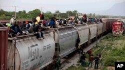 Des migrants de l'Amérique centrale sur un train pour atteindre la frontière des 2tats-Unis et du Mexique au Mexique,le 12 juillet 2014.