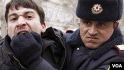 Polis aksiya iştiraçısını saxlayarkən