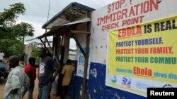 利比里亚军人检查旅行者(2014年8月11日)