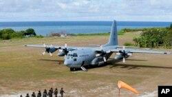 Vận tải cơ C-130 chở Bộ trưởng Quốc phòng Delfin Lorenzana, Tư lệnh Không quân Eduardo Ano và các quan chức khác khác của Philippines đến thăm đảo Thị Tứ đang trong vòng tranh chấp chủ quyền với Trung Quốc ở Biển Đông (ảnh tự liệu ngày 21/4/2017)