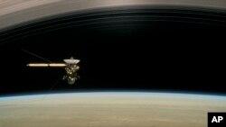 La brecha entre Saturno y sus anillos es de unos 2.400 kilómetros y posiblemente esté regado de partículas de hielo