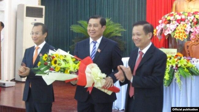 Ông Nguyễn Xuân Anh (trái), ông Huỳnh Đức Thơ (giữa) và nguyên bí thư Đà Nẵng Trần Thọ (phải) tại kỳ họp HĐND (Ảnh chụp từ báo Người Lao động)