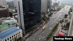 본격적인 휴가철을 맞아 2일 서울 광화문 네거리 일대가 한산한 모습을 보이고 있다.