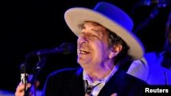 ນັກດົນຕີ ສະຫະລັດ ທ່ານ Bob Dylan ສະແດງຄອນເສີດ ໃນະລຫວ່າງ ວັນທີສອງຂອງເທດສະການ The Hop ໃນເຂດ Paddock Wood ເມືອງ Kent, ປະເທດ ອັງກິດ. 30 ມິຖຸນາ, 2012.