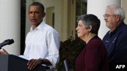 Tổng thống phát biểu tại Vườn Hồng trong Tòa Bạch Ốc, bên cạnh là Bộ trưởng An ninh Nội địa, bà Janet Napolitano, và Giám Đốc Cơ quan Quản lý Khẩn cấp Liên bang Craig Fugate, ngày 28/8/2011