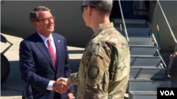 Sekretar za odbranu Eš Karter rukuje se sa američkim generalom Mekfarlandom po dolasku u Bagdad