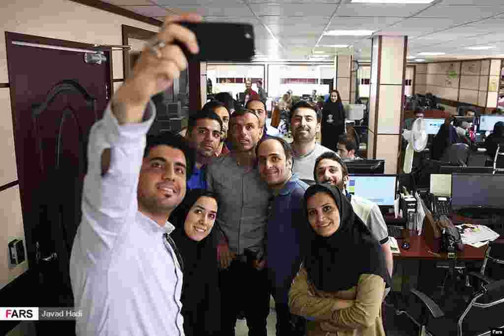 سلفی خبرنگاران با سید جلال حسینی در خبرگزاری فارس عکس: جواد هادی