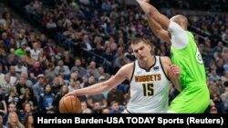 "Nikola Jokić u duelu sa Tadžom Gibsonom u trećoj četvrtini utakmice u ""Target centru"" u Mineapolisu (Foto: Reuters/Harrison Barden-USA TODAY Sports)"