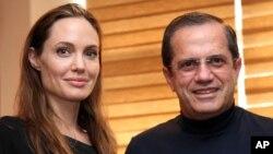 Angelina Jolie con el canciller ecuatoriano Ricardo Patiño