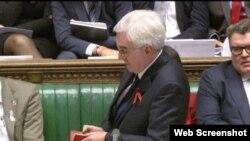 英议员麦克唐纳在下院辩论中掏出毛语录(视频截图)