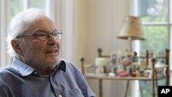 Trong suốt cuộc đời mình, ông Sendak không muốn bị coi là một nhà văn viết cho trẻ em.