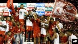 El América de Cali ganó en 2008 la final de la Liga Colombiana de Fútbol. Desde entonces una crisis financiera afectó al equipo que ahora se encuentra en Segunda División.