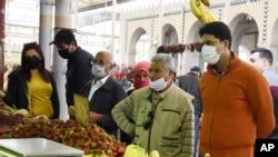 Warga Tunisia berbelanja kebutuhan menjelang bulan suci Ramadan dengan mengenakan masker, di tengah pandemi COVID-19, 23 April 2020. (AP Photo/Hassene Dridi)
