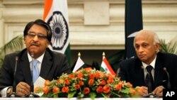 印度外交秘書馬塔伊(右) 與巴基斯坦外交秘書吉拉尼(左) 7月5日在新德里舉行聯合記者會