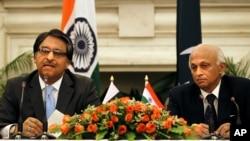 Sekjen Deplu India Ranjan Mathai (kanan) dan Sekjen Deplu Pakistan Jalil Abbas Jilani menggelar konferensi pers bersama di New Delhi, India (5/7).