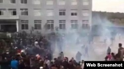 中国江西村民抗议污染警察发射催泪弹橡胶弹