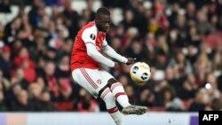 Nicolas Pepe frappe un coup franc lors du match entre Arsenal et Vitoria Guimaraes, Angleterre, le 24 octobre 2019