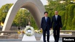 바락 오바마 미국 대통령(오른쪽)이 지난 27일 아베 신조 일본 총리와 함께 히로시마 평화공원을 방문해 헌화했다. (자료사진)