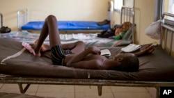 Một cậu bé bị nhiễm Ebola đang được điều trị ở Trung tâm cách ly Makeni Arab ở Makeni, Sierra Leone, 4/10/2014.