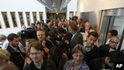 奧斯陸法庭開始審判爆炸和大規模槍擊案的男子布雷威﹐開審前法庭擠滿記者。