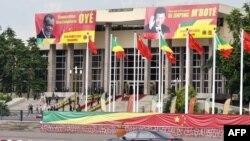 Les affiches du président congolais Denis Sassou Nguesso et du nouveau président chinois Xi Jinping au Palais des Congrès après une réunion, à Brazzaville, le 29 mars 2013.