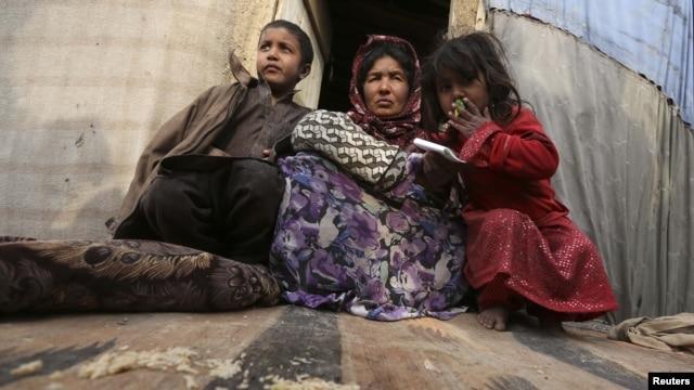 Wani iyali masu gudun hijira a sansaninsu dake Kabul December 12, 2012.   REUTERS/Omar Sobha