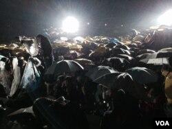 數以千計學生及市民冒雨參加香港中文大學百萬大道舉行的「黃色聖誕音樂串流」 音樂會