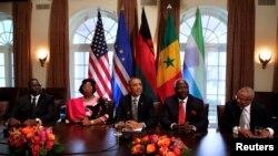 (de g. à dr.) Les présidents Macky Sall du Sénégal, Joyce Banda du Malawi, Barack Obama, Ernest Bai Koroma de la Sierra Léone et le Premier ministre du Cap-Vert José Neves