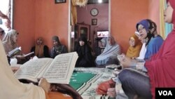 Keluarga Rinaldi di Kabupaten Poso, Sulawesi Tengah mengadakan doa bagi keselamatan 10 WNI yang disandera Kelompok Abu Sayyaf di Filipina selatan, Kamis 7/4 (VOA/Yoanes).