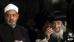 Shenouda III, nhà lãnh đạo tinh thần của cộng đồng Cơ đốc Giáo lớn nhất ở Trung Đông (phải) nói chuyện với báo giới tại Cairo